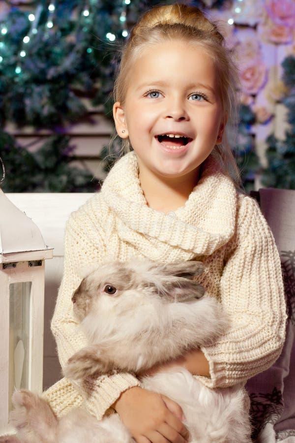 девушка меньшяя зима усмехаться ребенка милый малыш стоковое изображение rf