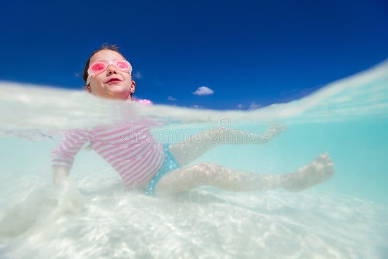 Download девушка меньшяя каникула стоковое изображение. изображение насчитывающей coast - 40576457