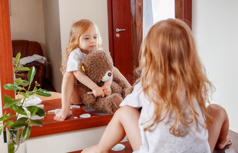 девушка медведя меньший игрушечный стоковые изображения