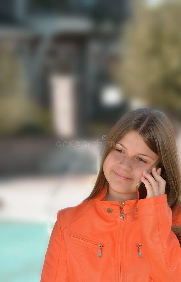 девушка мобильного телефона ее говорить стоковое фото