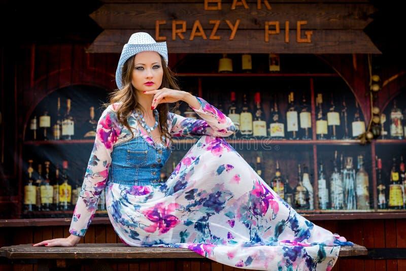 девушка на запад одичалая стоковое изображение rf