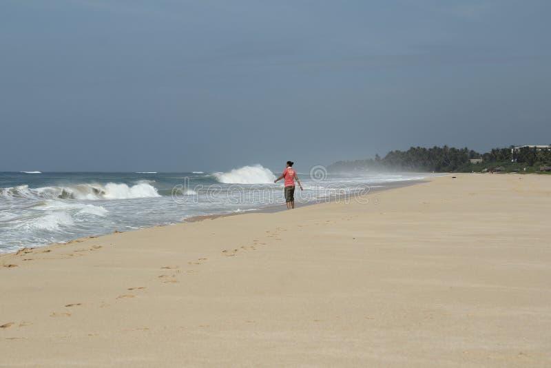 девушка на пляже в Шри-Ланке во время шторма стоковая фотография