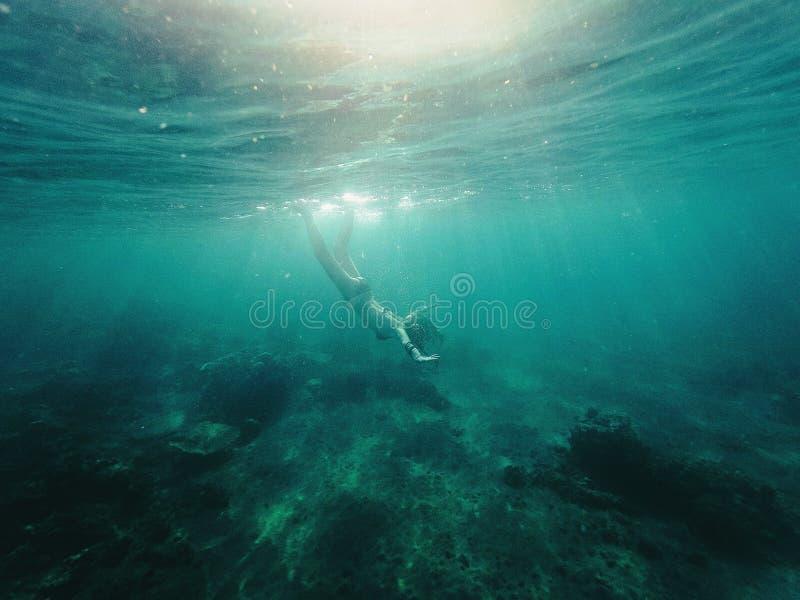 девушка под водой стоковая фотография rf
