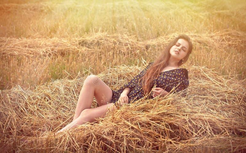 девушка поля сельская стоковые изображения