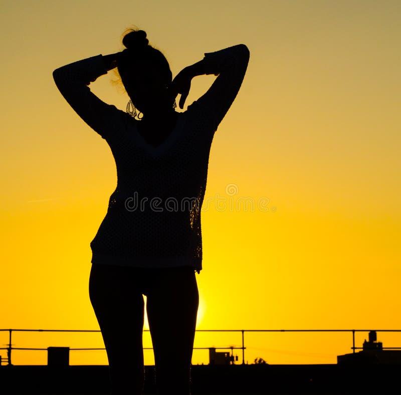 девушка предпосылки представляя воду стоковое фото rf