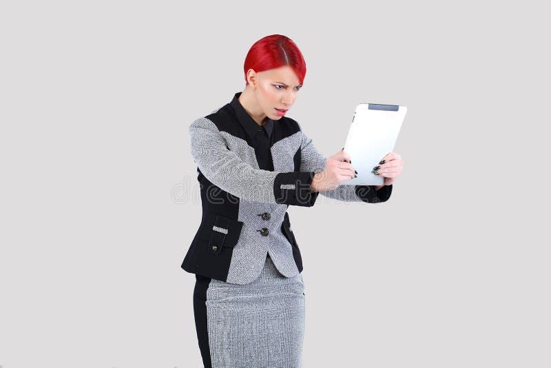 девушка просматривая ультрамодную таблетку стоковые фото