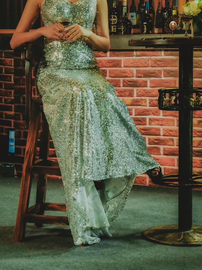 девушка платья длинняя стоковые изображения rf