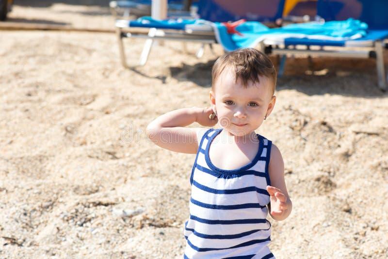 девушка пляжа младенца стоковые фото