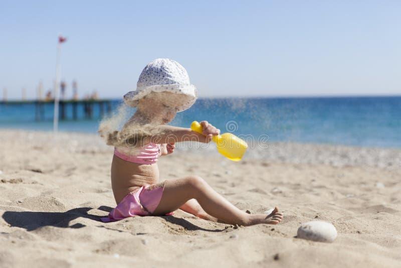 девушка пляжа немногая стоковое изображение rf