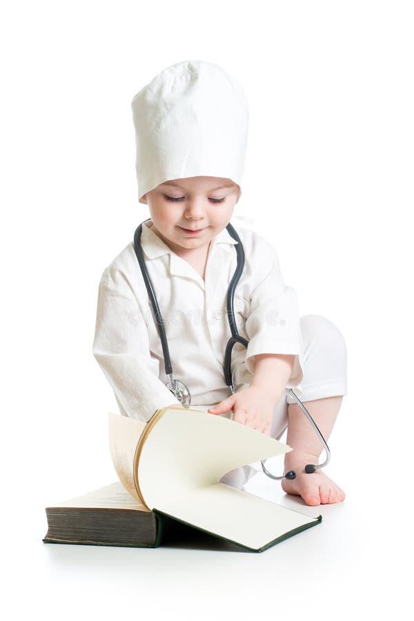 девушка ребенк одетая в форму как доктор изолированный на белом backgrou стоковое фото