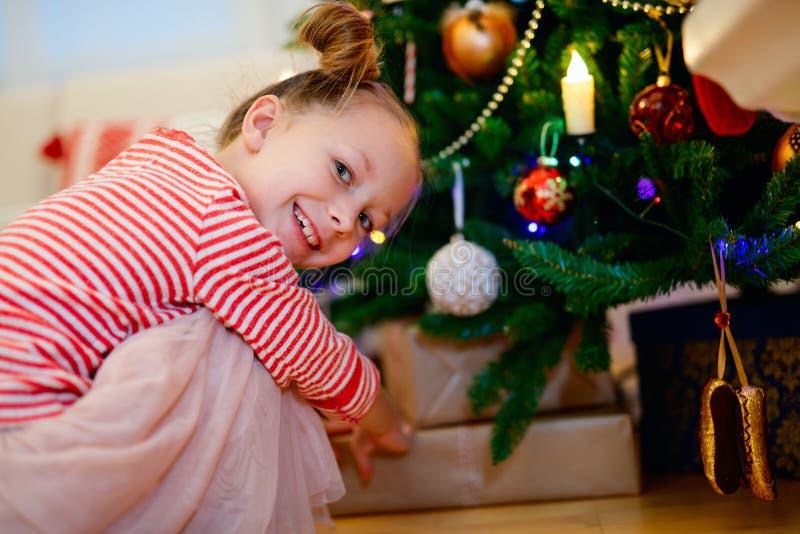 девушка рождества немногая представляет стоковые фотографии rf