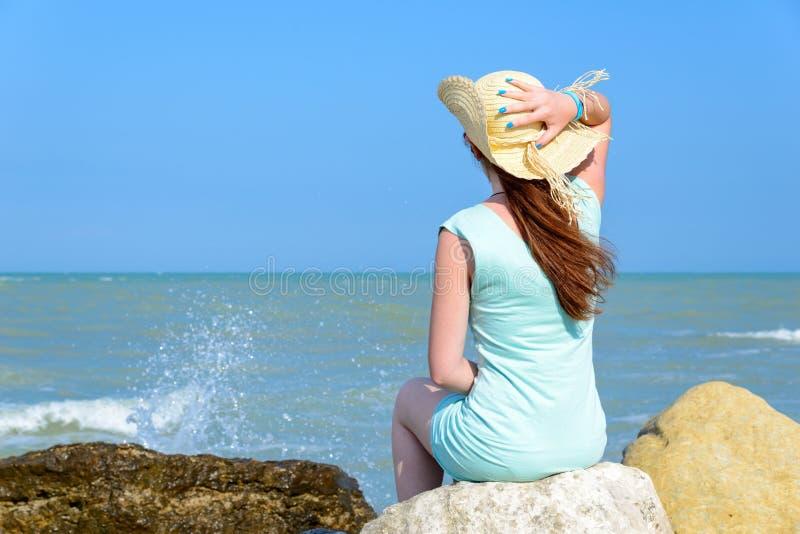 девушка свободы автомобиля ее смотря близкое море стоковое фото