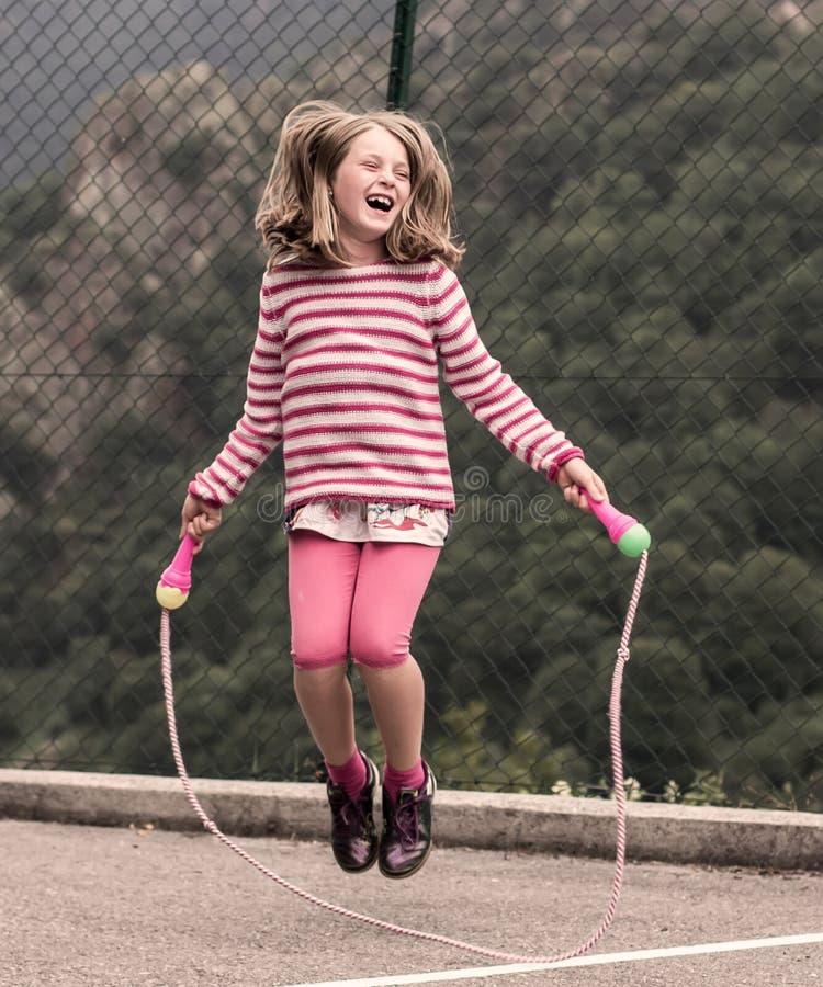 девушка скача меньшяя веревочка стоковое фото