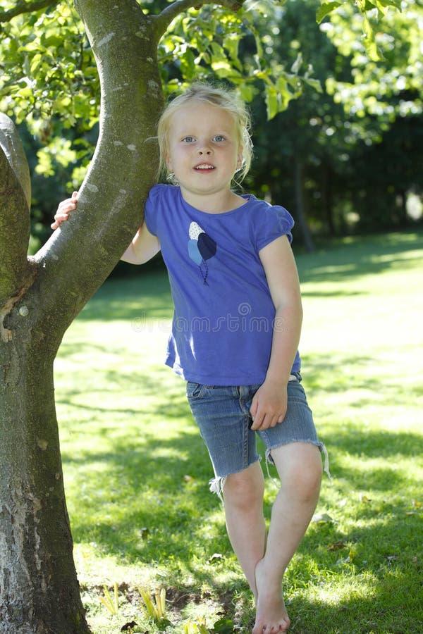 Download девушка счастливая стоковое фото. изображение насчитывающей напольно - 41652464