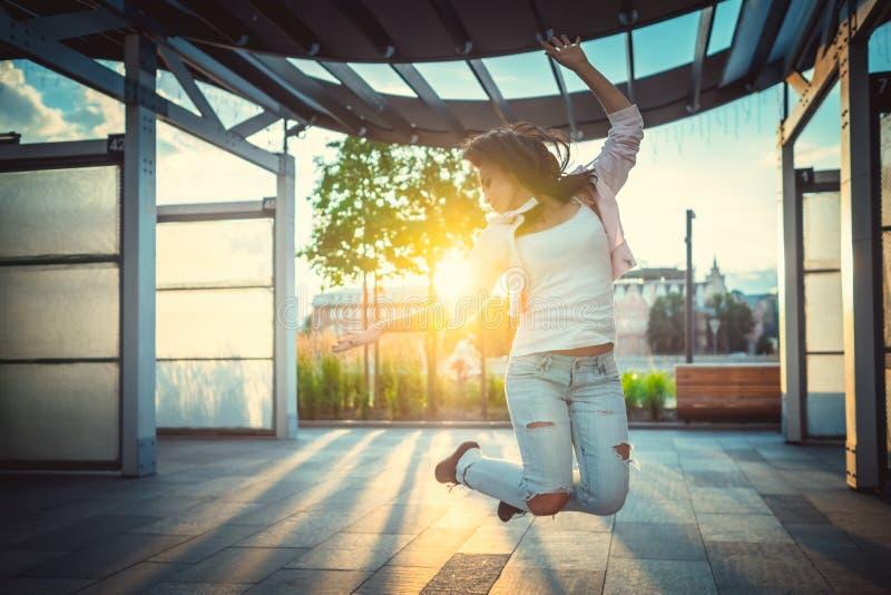 девушка счастливая стоковое изображение