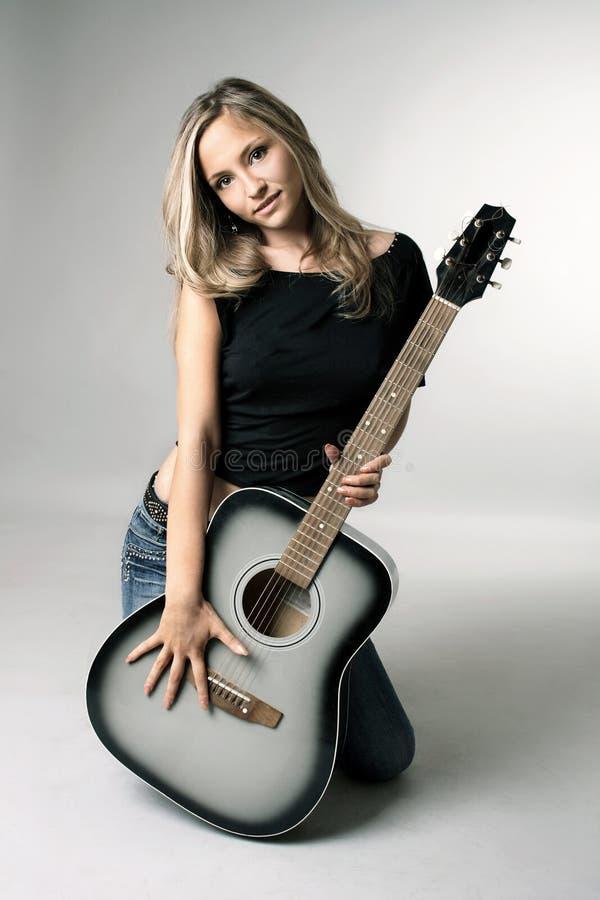 девушка с гитарой стоковые фото