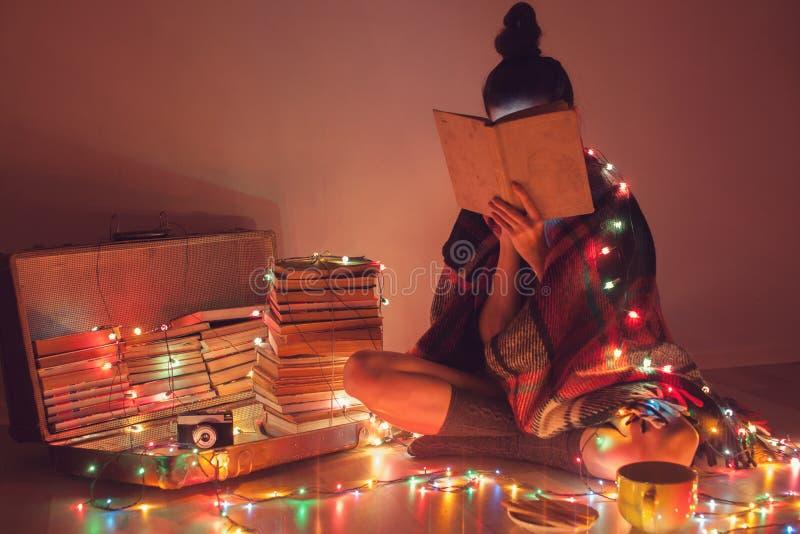 девушка Хорошо чтения дома стоковые фото
