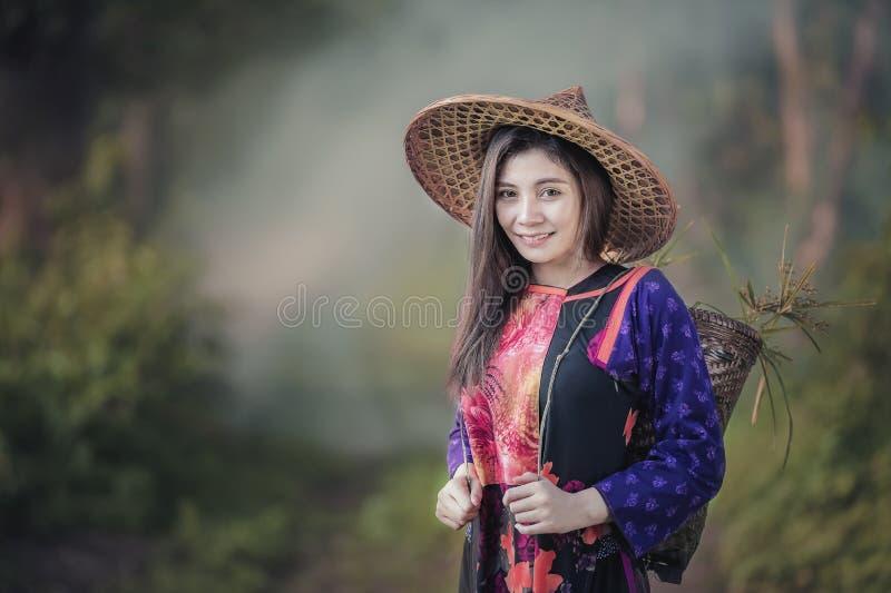 девушка хуторянина счастливая стоковое фото rf