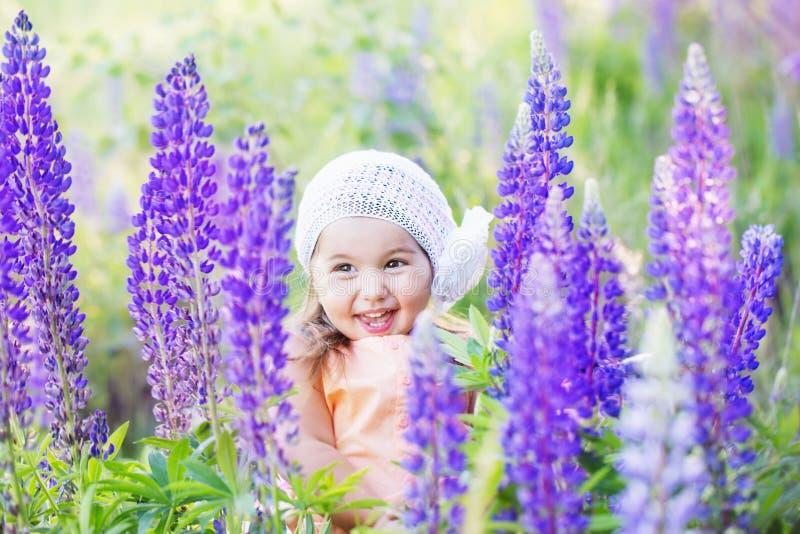 девушка цветков немногая стоковое изображение rf