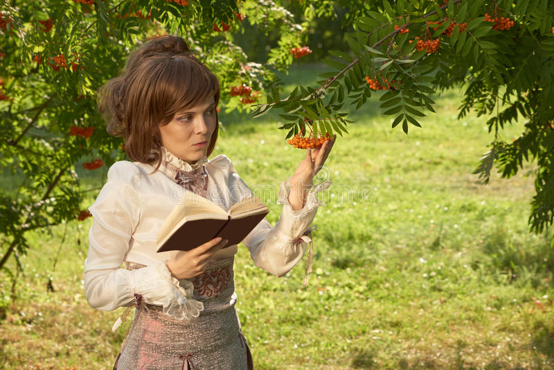 девушка ягод держит рябину стоковые фотографии rf
