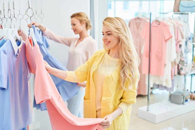 2 девушки в магазине одежды стоковая фотография