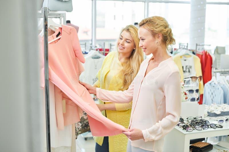 2 девушки в магазине одежды стоковые изображения rf