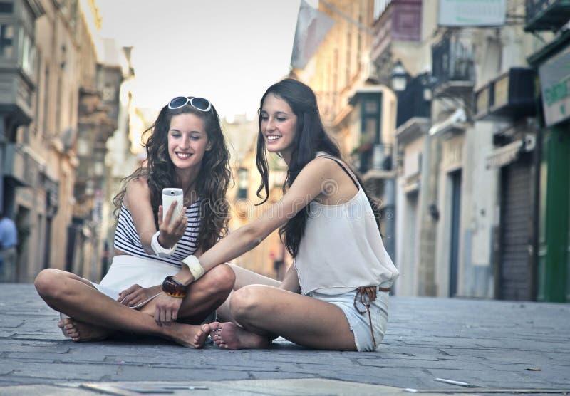 2 девушки делая selfie совместно стоковое фото