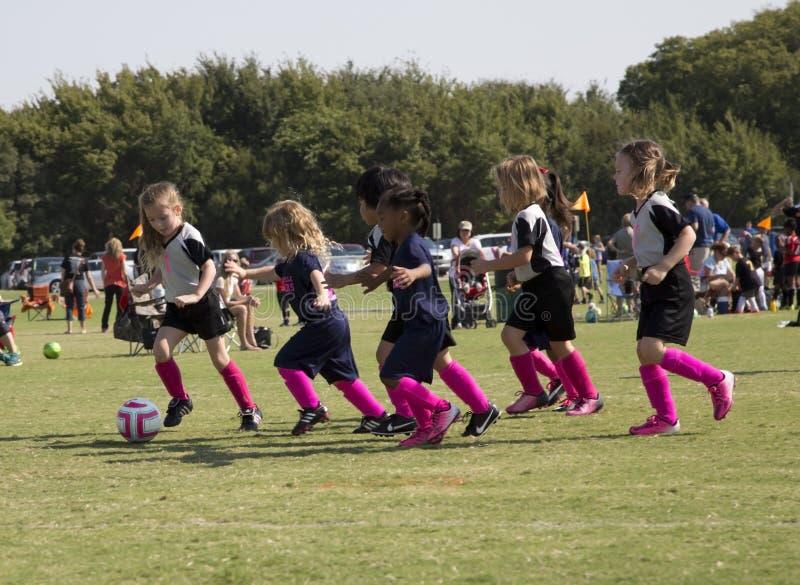 девушки играя футбол стоковые изображения rf