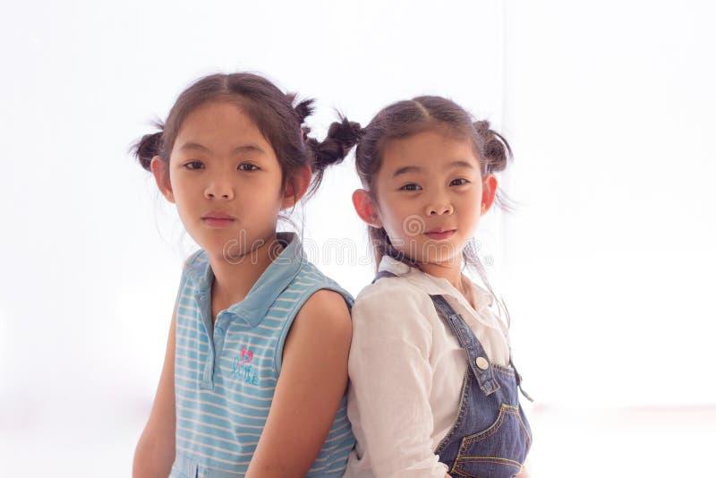 2 девушки подпирают совместно стоковые изображения rf