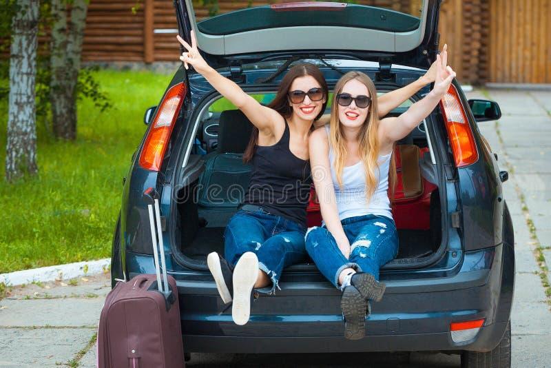 2 девушки представляя в автомобиле стоковая фотография