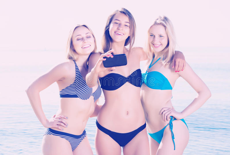 3 девушки принимая автопортрет стоковое фото rf