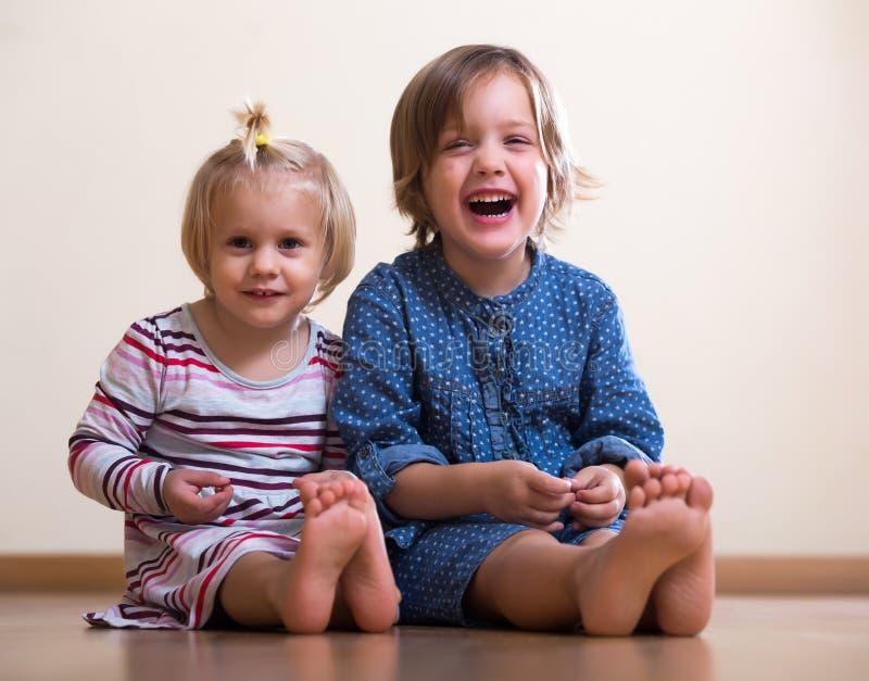 девушки счастливые немногая 2 стоковое изображение