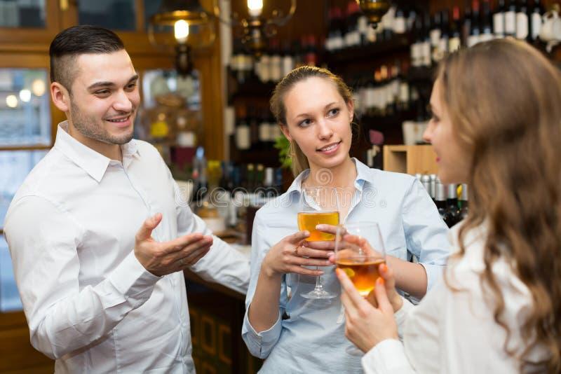 2 девушки с человеком на баре стоковое изображение rf