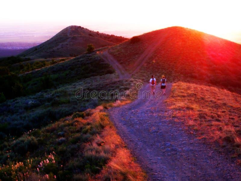 девушки hiking 2 стоковая фотография