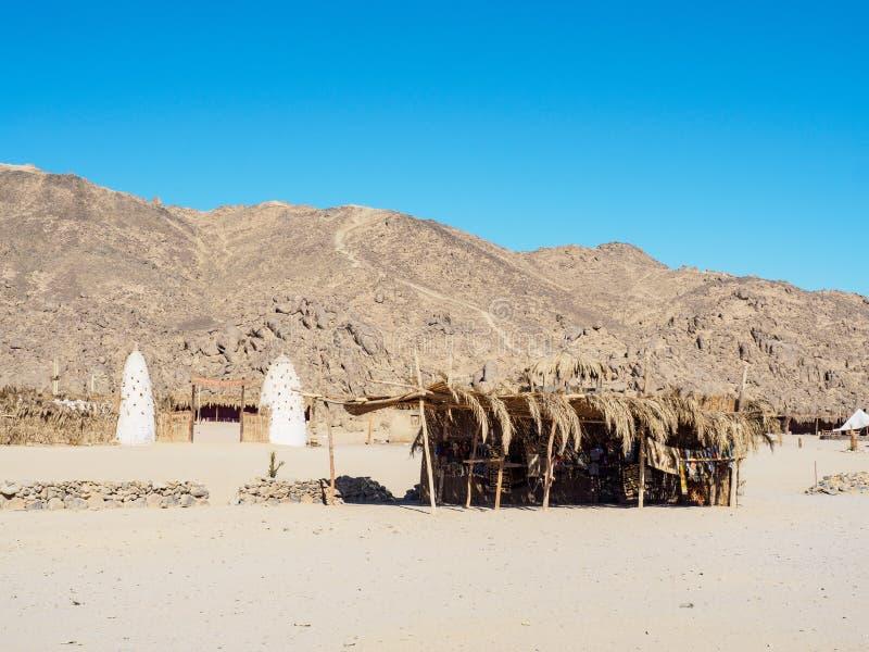 Египетская гора с длинным видом Рид-сарай с экзотической тканью перед горой Бедуин Синее небо чистое Египетский стоковое изображение rf