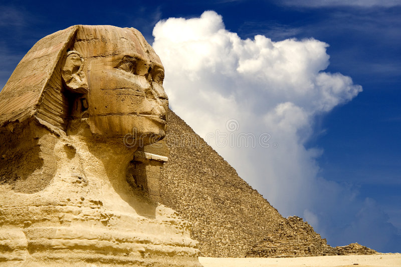 Египетские сфинкс и пирамидка стоковая фотография rf