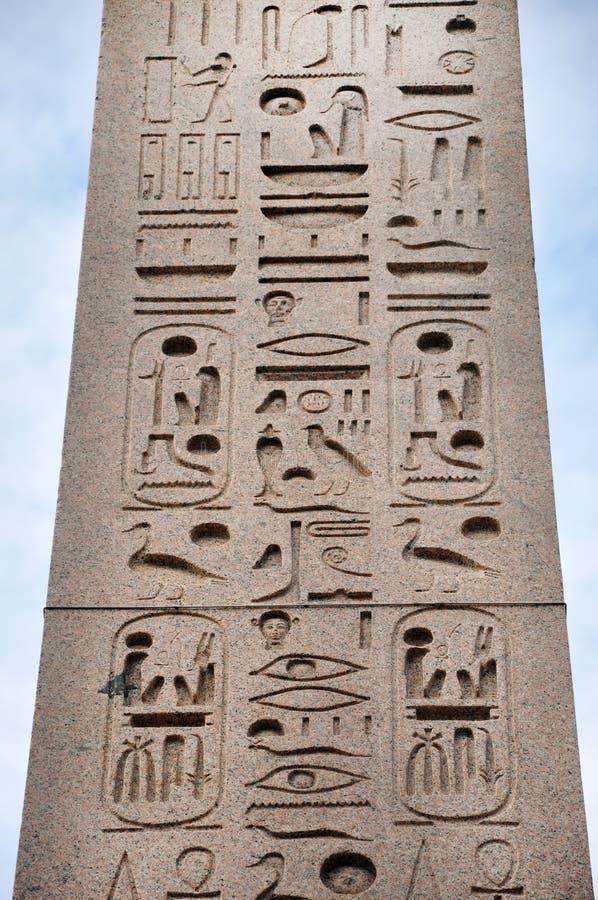 Египетский иероглиф на обелиске стоковое фото