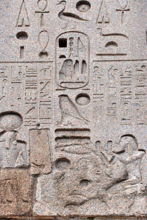Египетский иероглиф на обелиске стоковая фотография