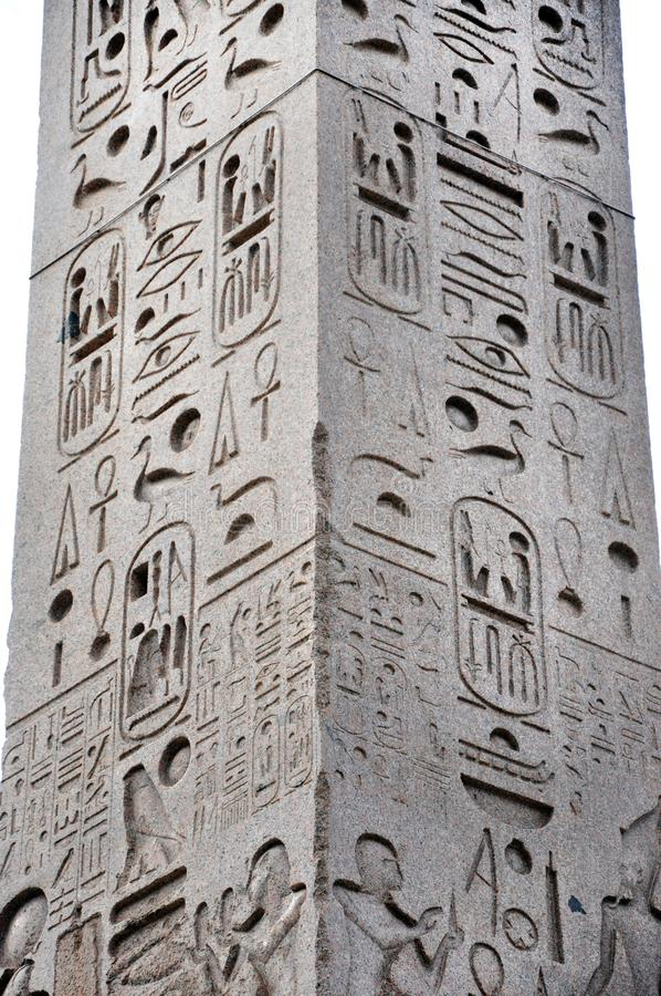 Египетский иероглиф на обелиске стоковые изображения rf