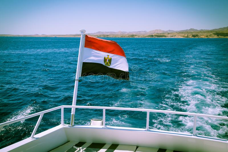 Египетский флаг на палубе яхты стоковые фотографии rf