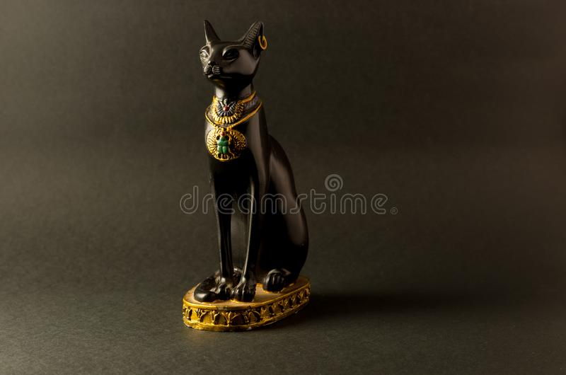 Египетский черный figurine кота bastet на черной предпосылке стоковое изображение rf
