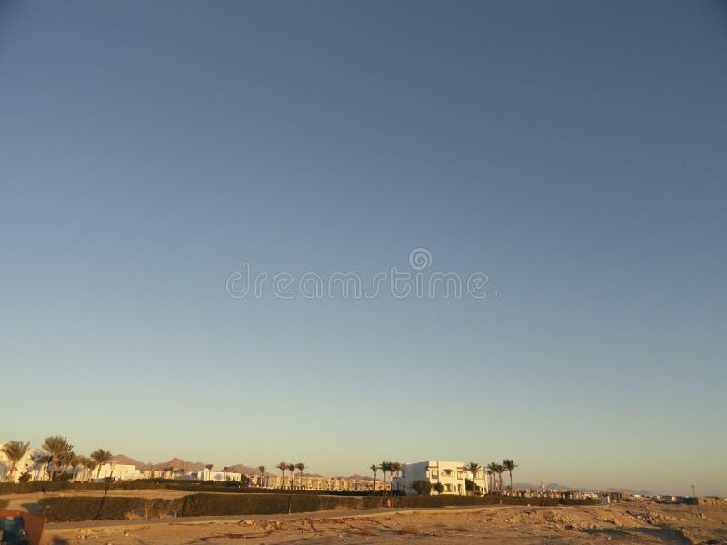 Египет: Сиротливое здание положения в пустыне среди песков в лучах восходящего солнца стоковая фотография rf