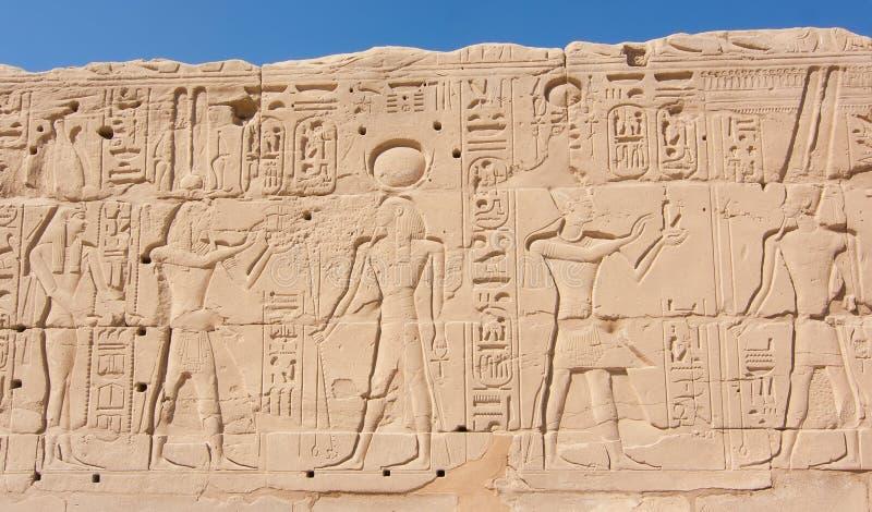 Египтянин выгравировал стену песка вне виска Karnak Луксора стоковые фото