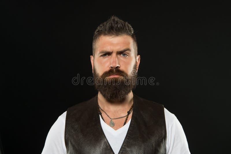 Его кустовидный усик большой Борода и усик серьезного парня нося на черной предпосылке Бородатый человек со стильным стоковое изображение rf
