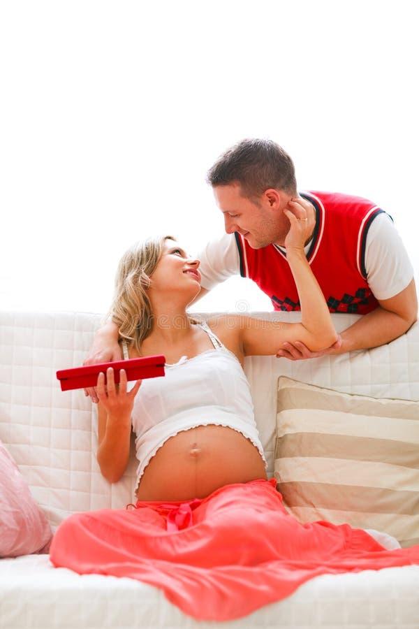 его настоящий момент jewelery супруга супоросый к супруге стоковые фотографии rf