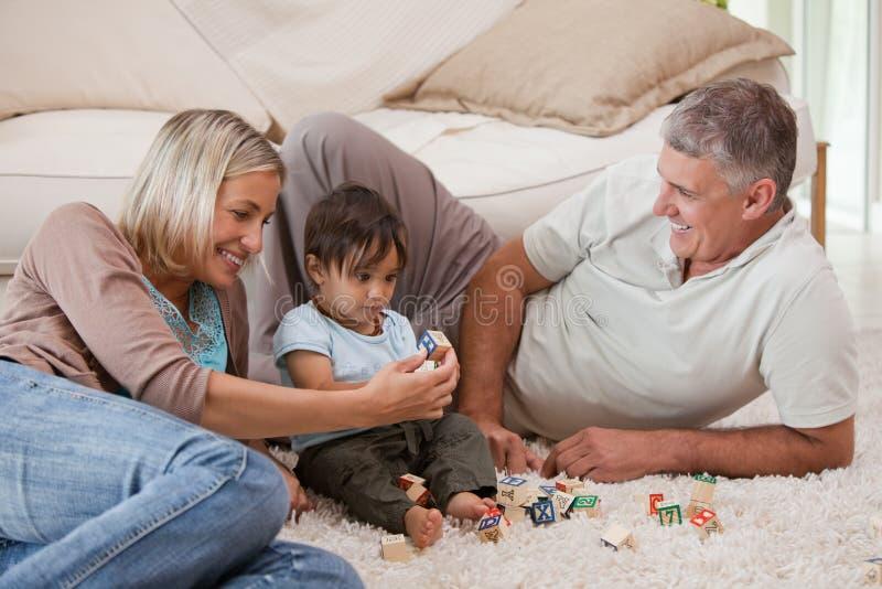 его родители играя сынка стоковое изображение rf