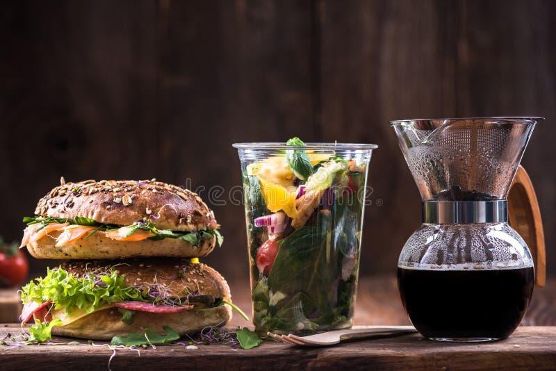Еда, бейгл, кофе и салат здорового питания стоковые изображения