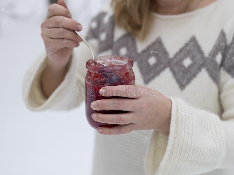 Еда варенья в зиме стоковое изображение rf