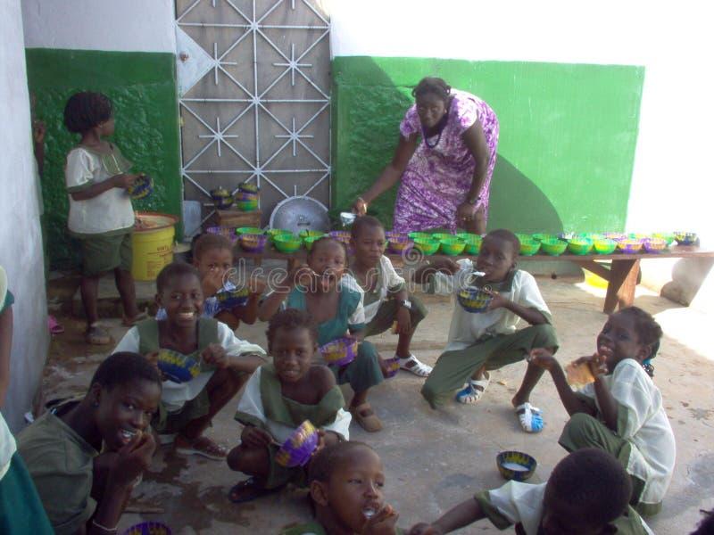 Еда в школах и коллежах Гвинеи-Бисау стоковые фотографии rf