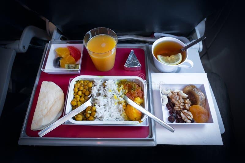 еда в эконом-классе airedale для еды на самолете кормить пассажиров взгляд сверху конца-вверх еды установленное стоковые фото